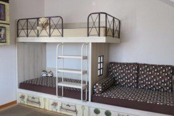 Двухъярусная-кровать-с-современным-дизайном-для-троих-детей